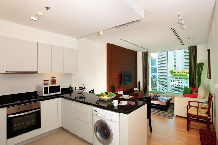 Светлый интерьер маленькой кухни-гостиной.