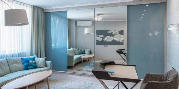 эффектный шкаф купе в гостиную серо голубой с зеркальным покрытием