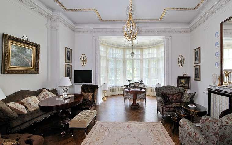 просторный и светлый эркер в гостиной