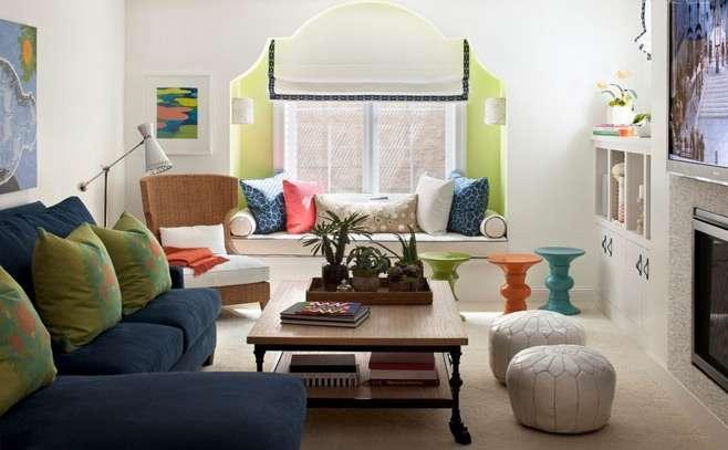 диван с подушками в интерьере гостиной с эркером