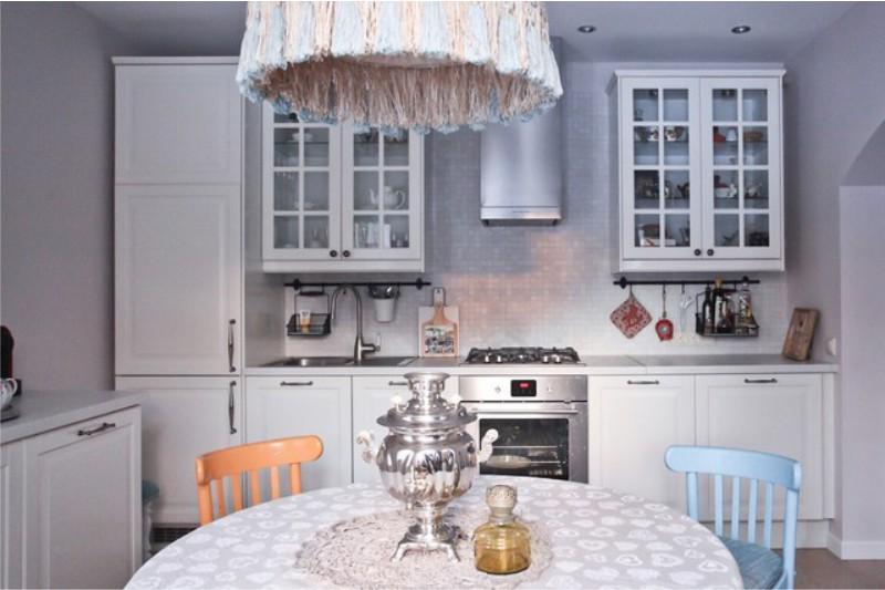 Интерьер традиционной кухни с рейлингами