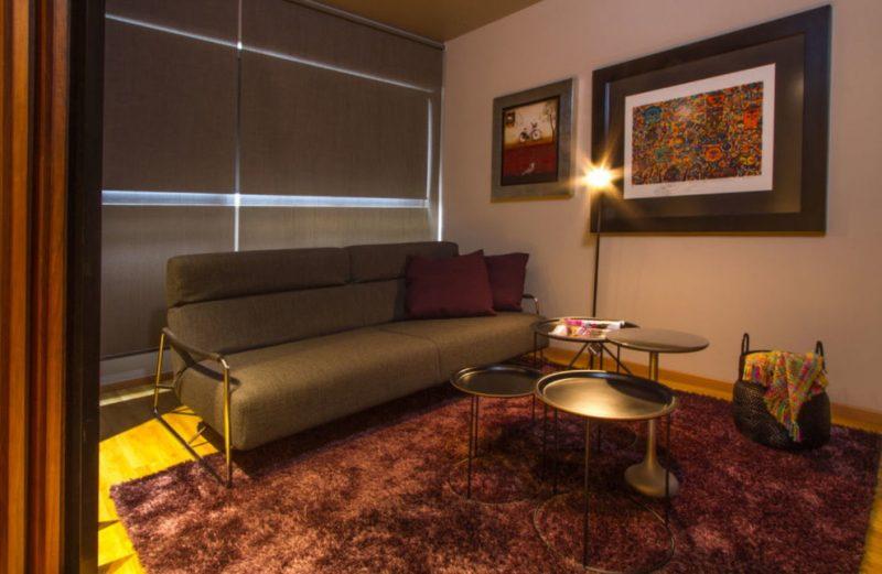 Удобный диван в небольшой гостиной комнате