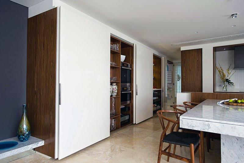 Кухонная утварь легко прячется в шкаф-купе