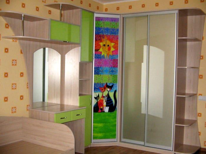 Лучше всего для детских подходят угловые модели или встроенные шкафчики