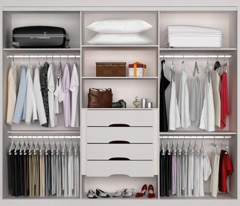 Один из практичных вариантов расположения полок в шкафу