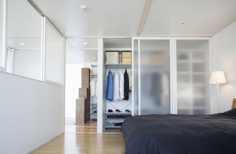 Многочисленные полочки и метровая штанга позволят свободно разместить одежду в шкафу
