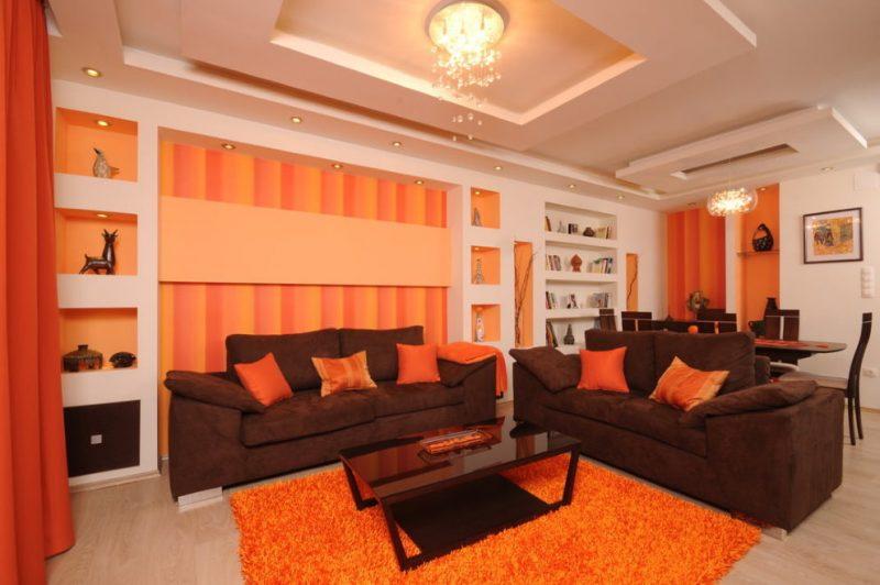 Оранжевая гостиная в загородном доме