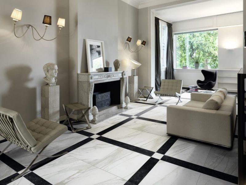 Камин в гостиной с мраморным полом