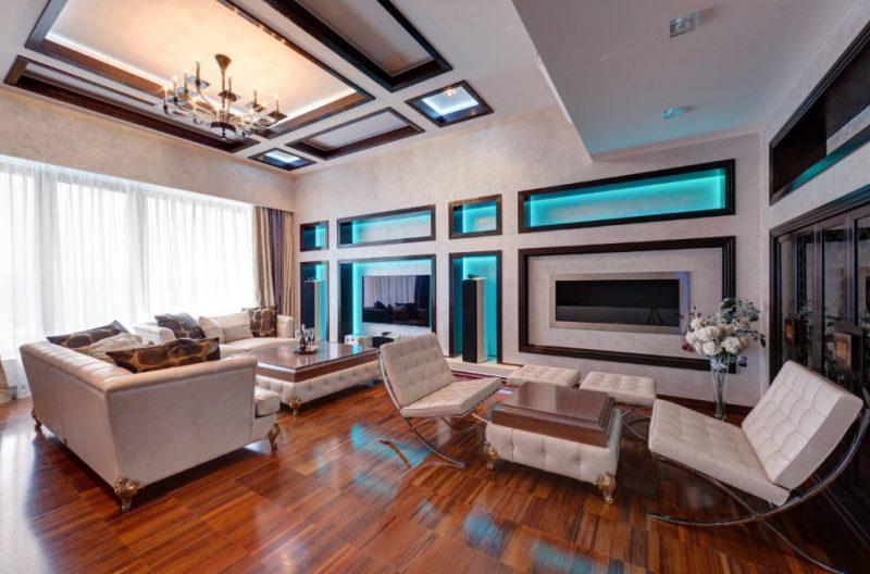 Мягкая мебель в зале с лакированным полом