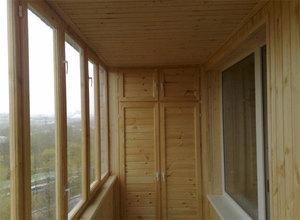 Потолок из вагонки на балконе