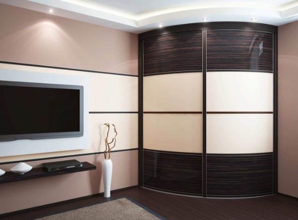 радиусный шкаф купе с горизонтальным рисунком в гостиную