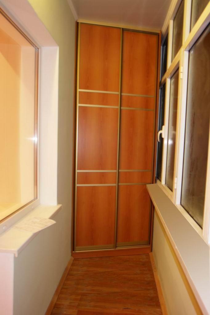 Угловой шкаф-купе на балконе