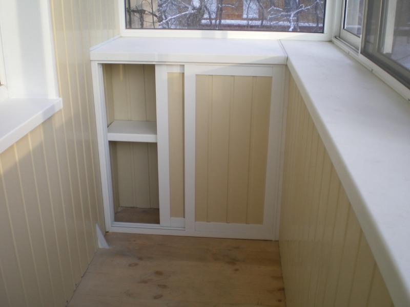 Небольшой шкаф на балконе