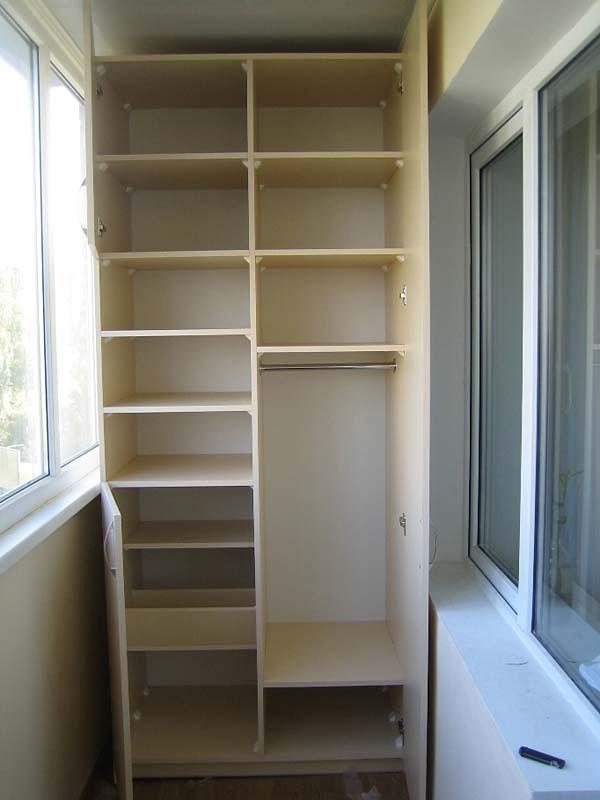 Шкаф на балконе с распашными дверями
