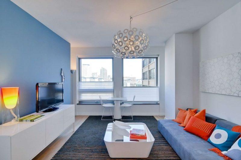 Синяя стена в гостиной с прямым диваном