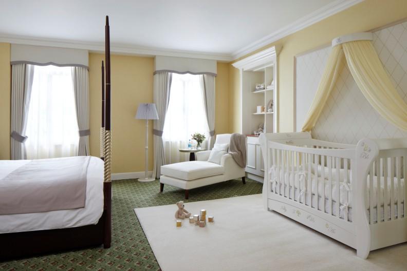 белая спальня с кроваткой для новорождённого