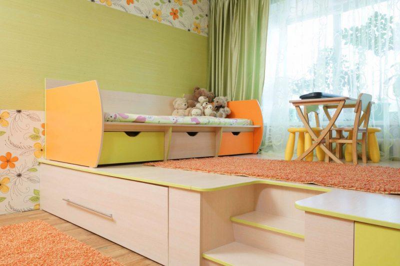 взрослая спальня с кроваткой на подиуме