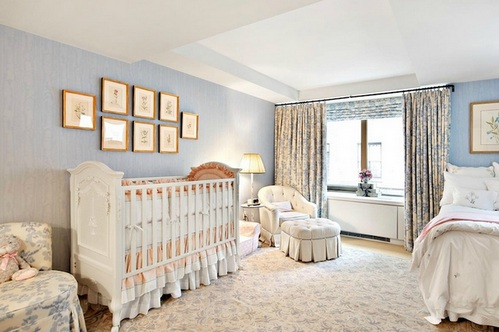 взрослая спальня с кроватью зонирование потолком
