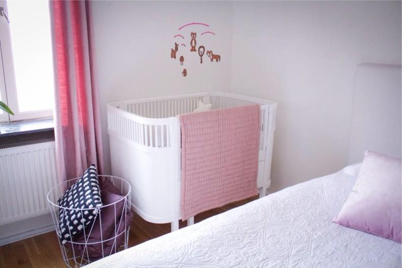 розовый текстиль в спальне с кроватью для ребёнка