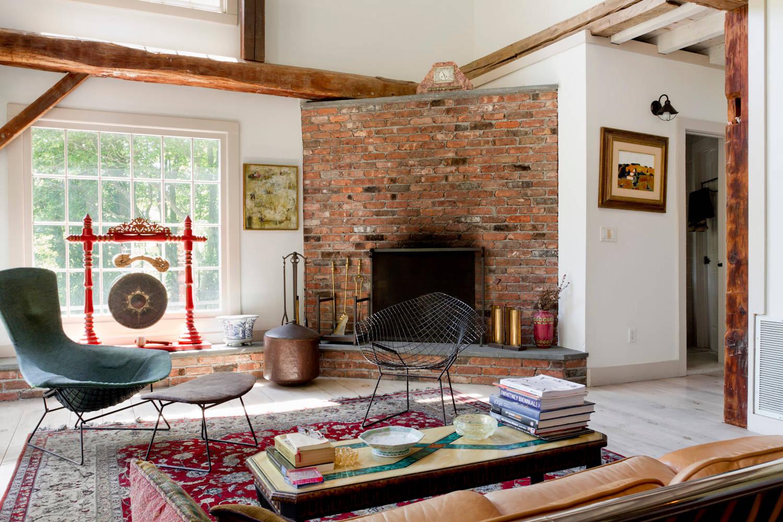 Гостиная в стиле бохо с угловым камином