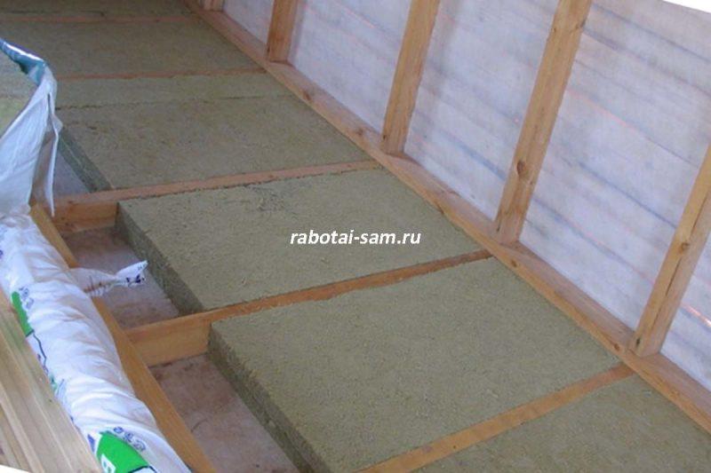 Минеральная вата на балконе устанавливается между деревянными лагами
