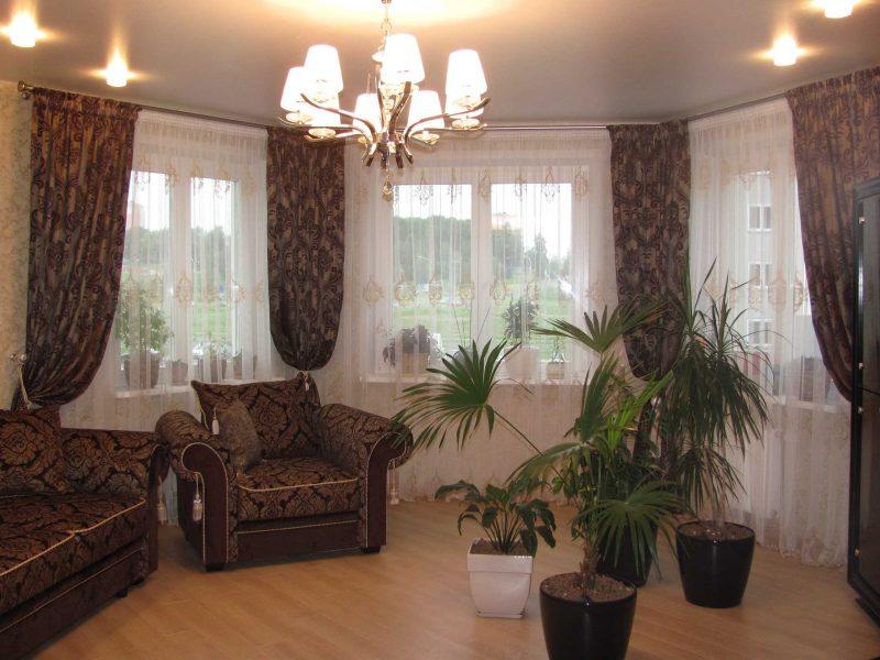 пример красивого интерьера гостиной с эркером