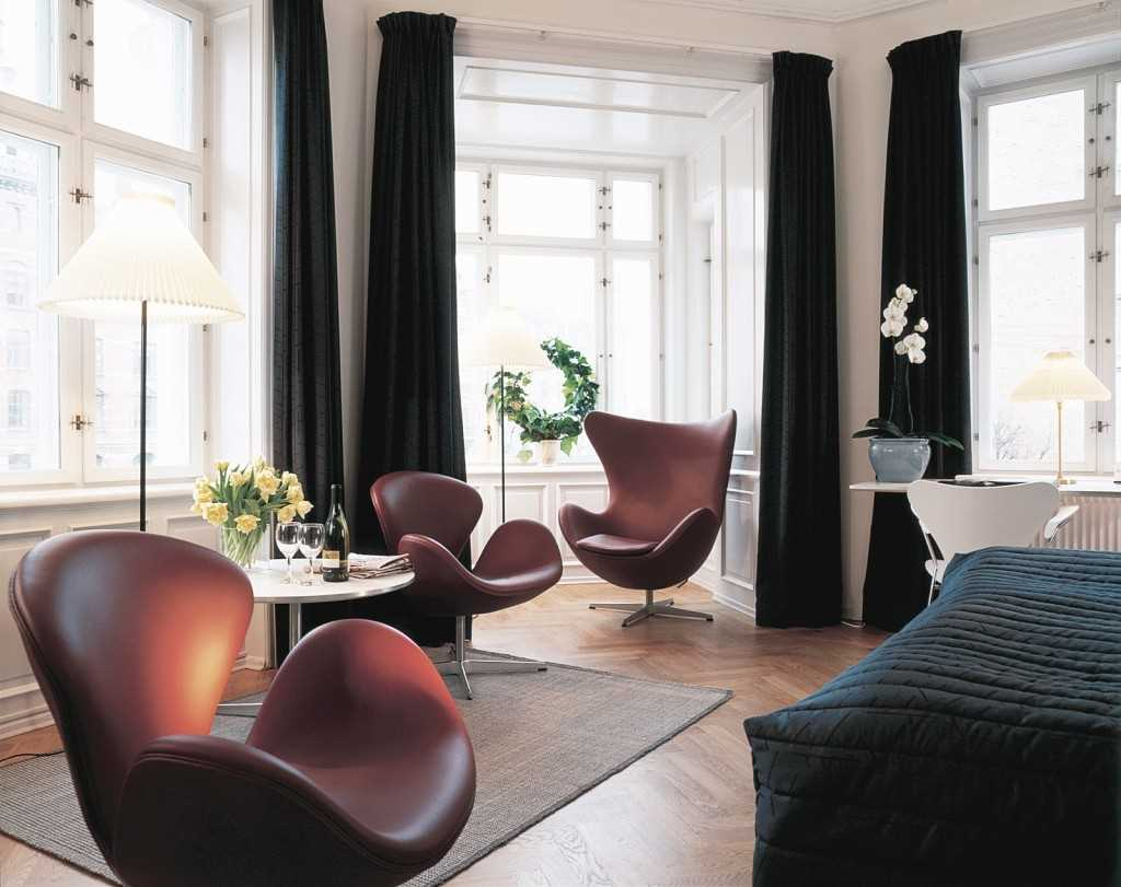 вариант необычного декора гостиной комнаты с эркером