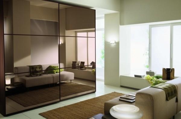 великолепный шкаф купе в гостиную с зеркальным блеском