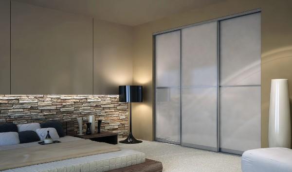 встроенный шкаф купе в дизайне современной гостиной