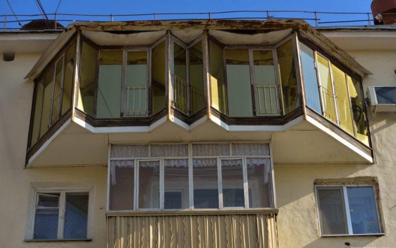Балкон-бабочка на последнем этаже превратился в уютную зону отдыха