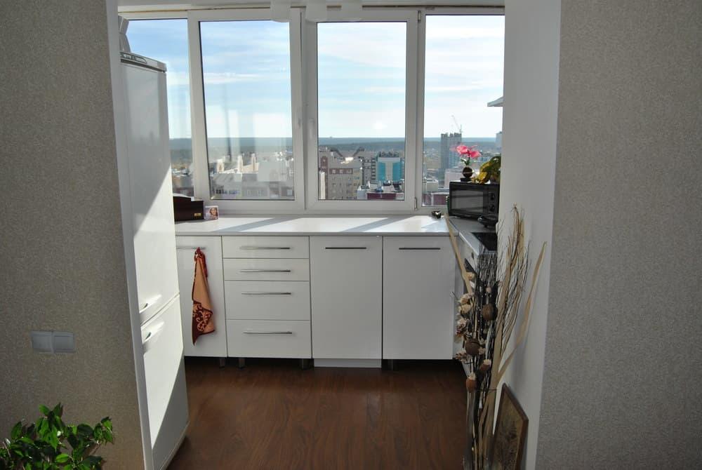Кухня на балконе в студии