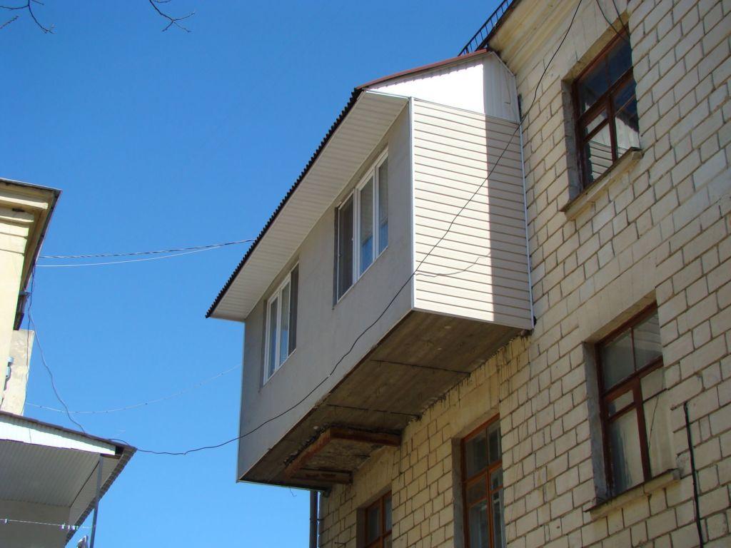 Плотно зашитые боковые стены – хороший способ превратить балкон в продолжение комнаты и кухни