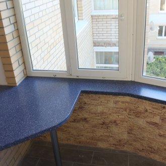Стол-подоконник на балконе