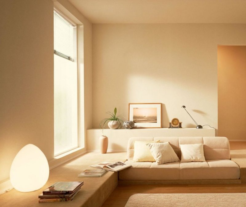 Бежевая гостиная с минимумом мебели