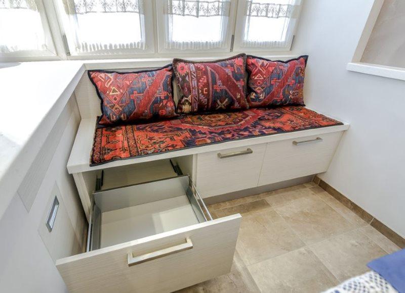 Выдвижные ящики в диване на лоджии