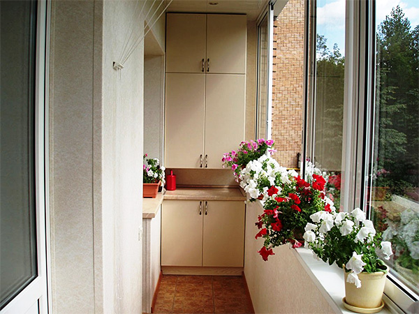 дизайн маленького балкона с цветами