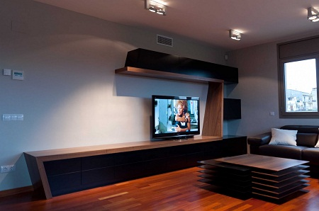Тумба в гостиной является функциональным предметом мебели, который обладает отличными эстетическими свойствами