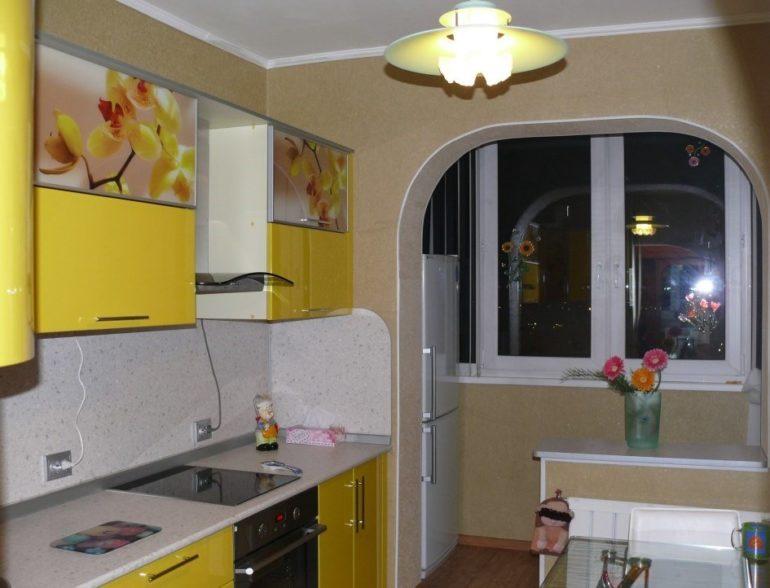 На добавленной площади можно обустроить столовую зону, поставить холодильник или мягкий уголок для отдыха