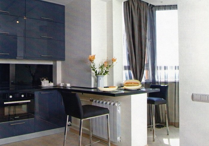 Кухня в красивых синих тонах.