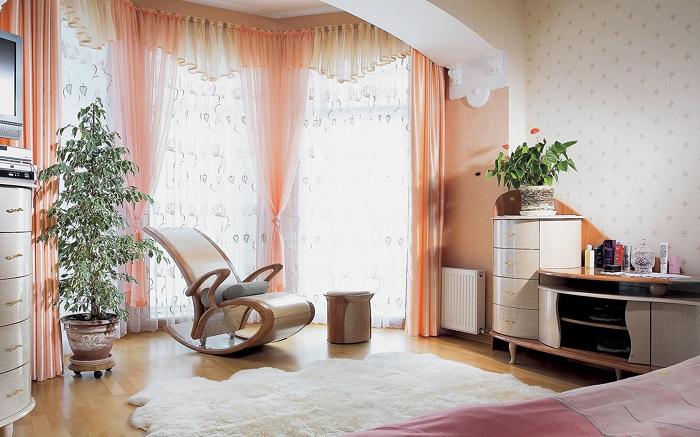 Прекрасная комната для отдыха, которая увеличена при помощи лоджии.