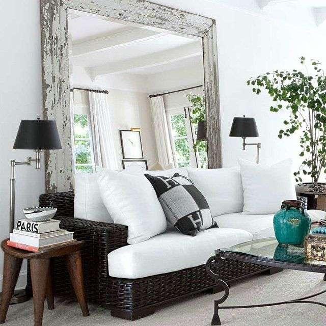 зеркало увеличивает пространство в интерьере небольшой гостиной