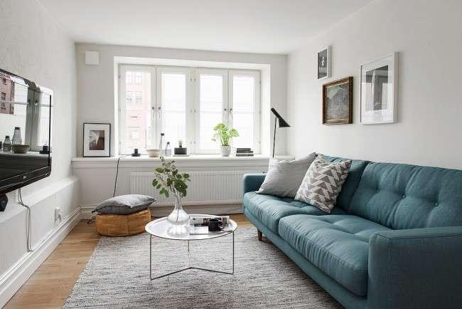 голубой диван в интерьере небольшой гостиной