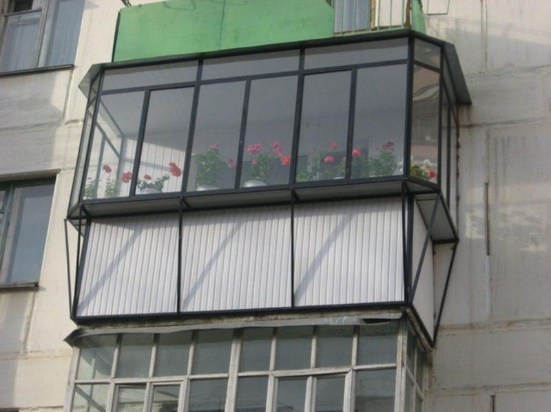 На широком подоконнике можно сделать полку для вазонов с цветами