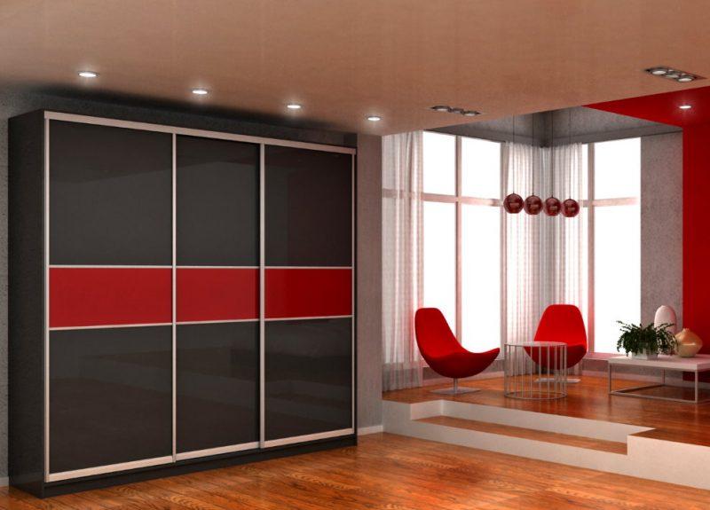 Черно-красный шкаф-купе в гостиной комнате