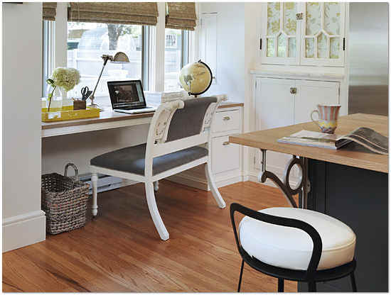 стол подоконник в детской фото 11