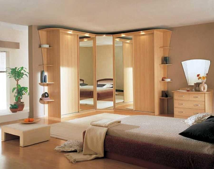 Угловой шкаф купе в спальне - отличный способ спрятать все лишнее