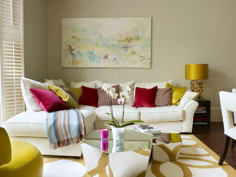 Яркие подушки на диване в уютной гостиной