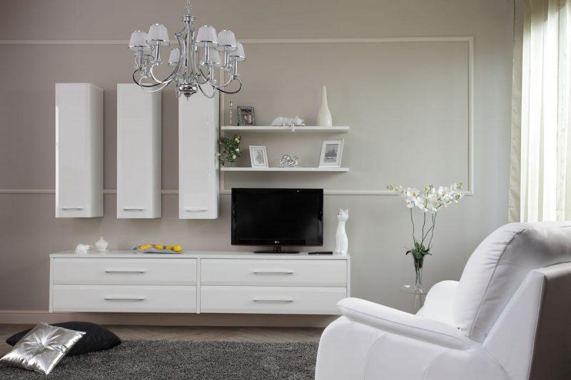 Красивая белая мебель в гостиной комнате