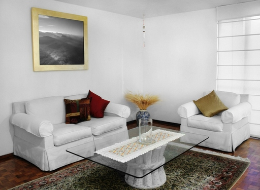 Красивая современная белая мебель в гостиной комнате