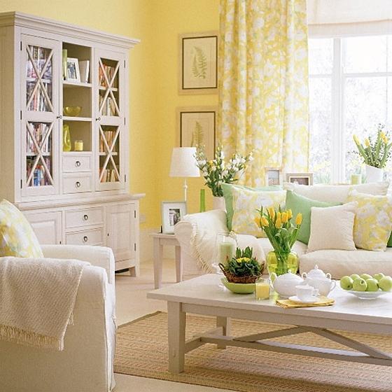 Удобная белая мебель в гостиной комнате